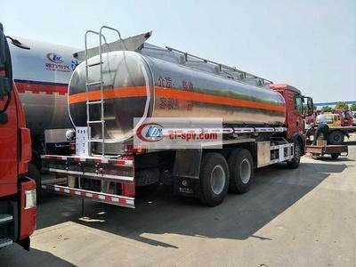 重汽豪沃后八轮15吨17吨油罐车图片